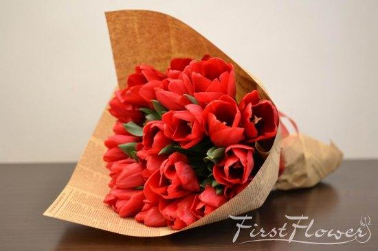 Buchet De Lalel Rosii Impachetat In Hartie Ziar First Flower