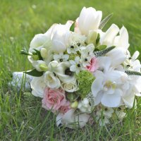 wedding-inspiration-with-white-and-green-flowers