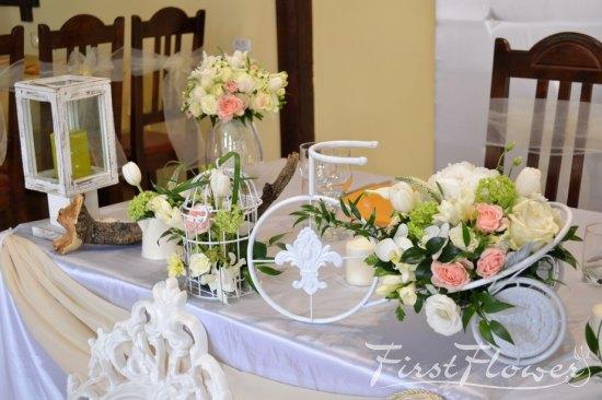 Decor Nunta Prezidiu Cu Flori Albe Si Verzi First Flower