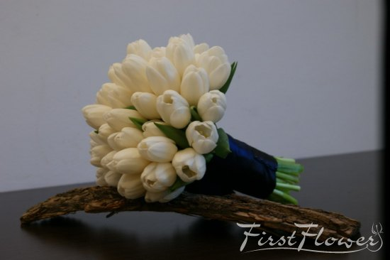Buchet Nunta Cu Lalele Albe Si Saten Albastru First Flower