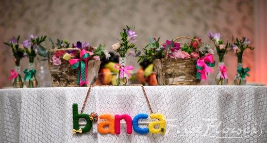 Aranjamente Florale Pentru Botez In Scoarta De Copac Cu Flori De